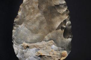 Biface mis au jour sur le site moustérien de Château-Gaillard à Fontenay-sur-Vègre (Sarthe), 2012.Il est daté du Paléolithique moyen récent (entre 100 000 et 40 000 ans).