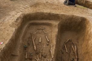 Deux sépultures masculines avec épée, IVes. avant notre ère, Buchères (Aube), 2013.La sépulture à gauche de la photo contient deux sujets inhumés simultanément.