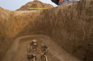 Relevé d'une sépulture du IVe s. avant notre ère, Buchères (Aube), 2013.