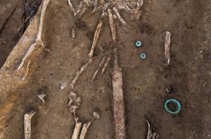 Sépulture abritant deux inhumations et contenant une épée, IVes. avant notre ère, Buchères (Aube), 2013.