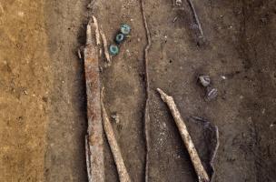 """Détail d'une épée et d'un bouclier dont il ne reste que la gouttière périphérique, ou """"orle"""", et le renfort central, IVes. avant notre ère, Buchères (Aube), 2013."""