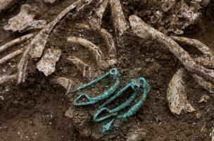 Vue de détail de trois fibules mises au jour dans une sépulture féminine du IVes. avant notre ère àBuchères (Aube), 2013.