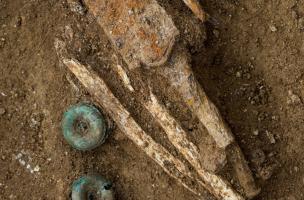 Détail des anneaux de suspension d'une épée et de la poignée, sépultureduIVes. avant notre ère, Buchères (Aube), 2013.