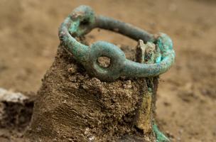 Vue de détail d'un bracelet, IVes. avant notre ère, Buchères (Aube), 2013.