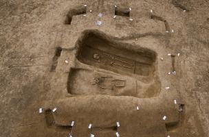 Enclos quadrangulaire délimitant deux inhumations différées dans le temps et se recoupant, la plus ancienne étant la moins profonde, Buchères (Aube), 2013.