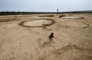 Série de trois enclos circulaires de l'âge du Bronze, Buchères (Aube), 2013.Aujourd'hui complètementarasés, ces enclos funéraires devaient constituer des marqueurs territoriaux importants au cours de la Protohistoire.