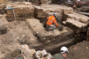Fouille de niveaux d'occupation antiques, découverts sur le site de la préfecture de police de Paris, 2013.  L'angle sud-est de la nef de l'église des Barnabites et une partie de son cloître y ont été mis au jour.