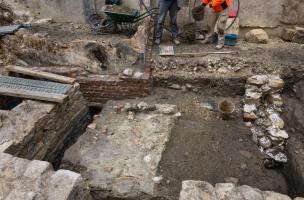 Au premier plan, des maçonneries du XIXe siècle, au second plan des niveaux d'occupation antique, découverts sur le site de la préfecture de police de Paris, 2013.  L'angle sud-est de la nef de l'église des Barnabites et une partie de son cloître ont été