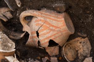 Vases à encens écrasés, en place, dans une sépulture du cloître du prieuré Saint-Éloi (XIIIe-XIVe s.), découverte sur le site de la préfecture de police de Paris, 2013.
