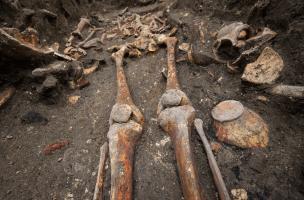 Détail d'une sépulture du cloître du prieuré Saint-Éloi (XIIIe-XIVe s.), découverte sur le site de la préfecture de police de Paris, 2013. À droite, un vase à encens.