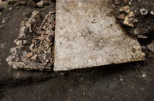Sépulture et pierre tombale gravée du nom de Petrus-Graber découvertes dans le cloître du prieuré Saint-Éloi (XIIIe-XIVe s.), sur le site de la préfecture de police de Paris, 2013.