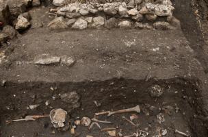 Sépultures du cloître du prieuré Saint-Éloi (XIIIe-XIVe s.) découvertes sur le site de la préfecture de police de Paris, 2013.  L'angle sud-est de la nef de l'église des Barnabites et une partie de son cloître y ont été mis au jour.