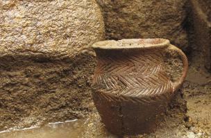 Petit vase daté du Bronze ancien (autour de 2000 avant notre ère), découvert déposé au fond d'une sépulture au Bono (Morbihan), 2013.  La découverte d'un ensemble funéraire est l'élément majeur de cette fouille.
