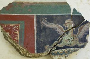 Fragments d'enduits peints découverts devant la cathédrale de Die, centre Inrap de Valence (Drôme), 2013.
