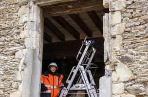 Fenêtre de la salle du manoir de Gilles de la Maçonnais à Vassé, XVIes., Torcé (Ille-et-Vilaine), 2013.L'écusson visible sur le linteau de la fenêtre est la marque de marchand de Gilles de la Maçonnais, bourgeois de Vitré et membre de la confrérie d