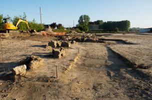 Vue générale de la fouille menée à Pont-Sainte-Maxence (Oise), 2014.L'opération, menée sur 1,6 ha, se déroule préalablement à la construction d'un centre commercial. Un vaste sanctuaire érigé au milieu du IIes. de notre ère y a été mis au jour.