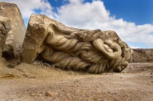 Fragment de statuaire monumentale ornant le haut de la façade du sanctuaire et figurant une tête mutilée, peut-être Apollon, IIes. de notre ère, Pont-Sainte-Maxence (Oise), 2014.