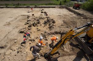 Mise au jour de la façade monumentale du sanctuaire du IIede notre ère découvert à Pont-Sainte-Maxence (Oise), 2014. Quelques décennies après sa construction, la façade s'effondre quasiment d'un seul tenant, peut-être suite à un défaut au niveau des fond
