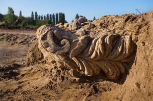 Tête mutilée d'un Jupiter-Ammon, dieu aux cornes et oreilles de bélier, IIes. de notre ère, sanctuaire de Pont-Sainte-Maxence (Oise), 2014.