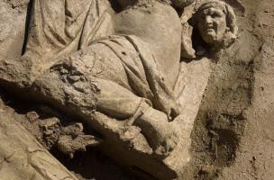 Vénus accroupie et tête de vieille servante, IIe s. de notre ère, bas-reliefs de la façade monumentale du sanctuaire gallo-romain de Pont-Sainte-Maxence (Oise), 2014.