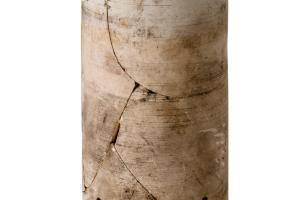 Elément de batterie d'accumulateurs de type LECLANCHÉ, en terre cuite blanche, qui servait entre autres à l'éclairage des wagons postaux. Datant de la Grande Guerre et découvert à Marcilly-sur-Tille (Côte-d'Or), 2011.