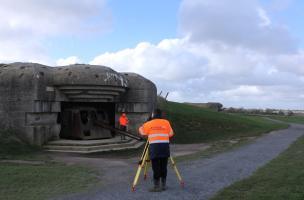 Relevé topographique des casemates de la batterie de Longues-sur-Mer, construite à partir de novembre 1943 par l'armée allemande (Calvados), 2013.