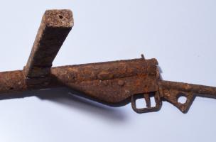 """Pistolet mitrailleur type """"Sten Mark III"""", calibre 9mm, de fabrication britannique, version simplifiée du modèle Mark II qui équipa principalement les chefs de section. Cette arme fut largement distribuée aux troupes britanniques et canadiennes pendant la"""