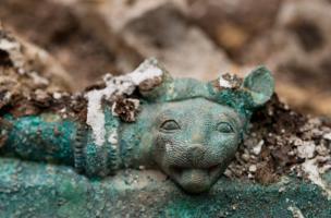 Détail de la tête de félin ornant l'ouverture d'un chaudron en bronze, provenant d'une tombe princière datée du début du Ve siècle avant notre ère, retrouvée dans un complexe funéraire monumental exceptionnel, mis au jour à Lavau (Aube), 2015.