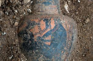 Cruche à vin grecque dont le décor représente Dyonisos dans une scène de banquet.Cette céramique provient d'une tombe princière datée du début du Ve siècle avant notre ère, retrouvée dans un complexe funéraire monumental exceptionnel, mis au jour à Lavau