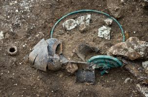 Dépôt funéraire comprenant de la vaisselle en bronze et en céramique, et une trace d'une poutre en bois effondrée. Il provient d'une tombe princière datée du début du Ve siècle avant notre ère, retrouvée dans un complexe funéraire monumental exceptionnel