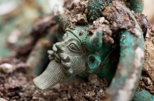 Anse d'un chaudron en bronze représentant la tête du dieu grec Acheloos provenant d'une tombe princière datée du début du Ve siècle avant notre ère, découverte dans un complexe funéraire monumental exceptionnel, mis au jour à Lavau (Aube), 2015.