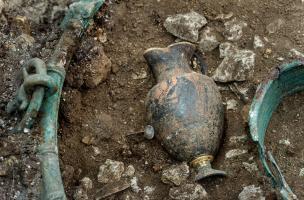 Cruche à vin grecque décorée retrouvée dans un chaudron en Bronze provenant d'une tombe princière datée du début du Ve siècle avant notre ère.  Elle a été découverte dans un complexe funéraire monumental exceptionnel, mis au jour à Lavau (Aube).