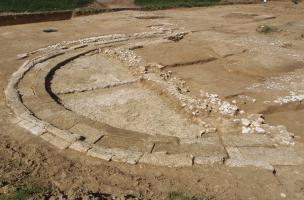 son gradin d'honneur et son premier niveau de sol en craie damée du théâtre romain (Ier-IIe s. de notre ère) à Estrées-Saint-Denis (Oise), 2014.  L'orchestra, en forme d'hémicycle de 16 m de diamètre, permettait aux notables d'assister au s