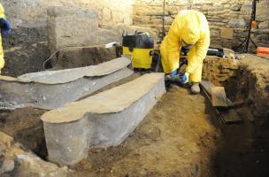 Dégagement d'un cercueil en plomb découvert au couvent des Jacobins, Rennes (Ille-et-Vilaine), 2015.  Les cercueils en plombs sont ouverts à la scie sauteuse et les archéologues travaillent avec des combinaisons étanches pour se protéger des particules de