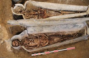 Cercueils en plomb contenant des squelettes découverts au couvent des Jacobins, Rennes (Ille-et-Vilaine).  Ces squelettes étaient assez bien conservés, des pratiques d'embaumements rituels ont pu être observés.