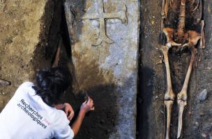 Dégagement d'un sarcophage en plomb dans le chœur de l'église du couvent des Jacobins, Rennes (Ille-et-Vilaine), 2013.  Environ 800 sépultures y ont été mises au jour par les archéologues, dont cinq cercueils de plomb. L'un d'eux contenait une dépouille d
