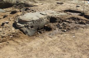 Massongy, grande dalle de pierre sculptée
