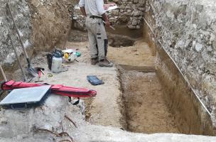 Relevé en cours d'une ancienne voierie mis au jour sur le site de fouille de l'ancienne Abbaye de Toussaints à Châlons-en-Champagne