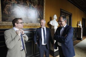 Jean-Luc Martinez, président-directeur de l'Etablissement public du Musée du Louvre, Dominique Garcia, président de l'Inrap, et Eddie Ait, délégué aux relations institutionnelles et au mécénat à l'Inrap.jpg