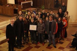 Le projet « Soldats voyageurs » mené par les élèves du collège des Coudriers, à Villers-Bocage, a reçu le prix Sadlier Stokes des mains de Brian Pontifex, Ambassadeur d'Australie auprès de l'OCDE, à l'occasion des cérémonies de l'Anzac day.