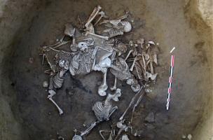 vue partielle de la fosse à inhumations collectives du Néolithique