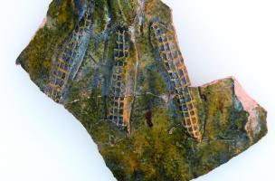 fragments d'un pichet décoré de bandes appliquées et de glaçure verte, XIVe siècle