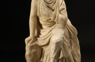 Antiquité - Jeune fille au rocher