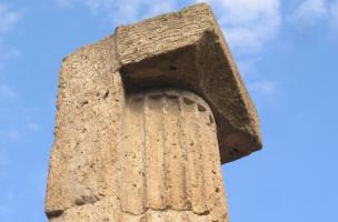 Chapiteau cubique de pilier à demi-colonne engagée