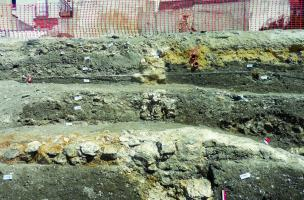 Axe du mur nord du canal, survivance de son tracé dans le parcellaire urbain du XIIIe siècle à nos jours