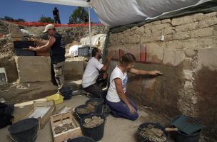La Verrerie (Arles) - Nettoyage de la paroi peinte découverte en 2014
