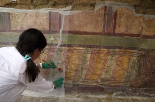La Verrerie (Arles) - Préparation par les restaurateurs du MDDA à la dépose de la paroi peinte découverte en 2014