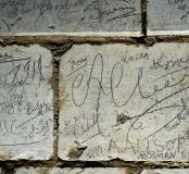 Regroupement de noms de soldats australiens de la Grande Guerre retrouvées dans la grotte souterraine de Naours (Somme), 2016.  On note en bas à droite du cliché l'inscription laissée par Allan Allsop le 2 janvier 1917. C'est grâce au journal de marche de
