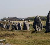 """Les alignements mégalithiques du Ménec (Morbihan) en 2009.  Loin des théories farfelues ou des légendes """"celtiques"""", les pistes actuelles des recherches sur les pierres dressées prennent davantage en compte les blocs eux-mêmes avant d'analyser leur éventu"""