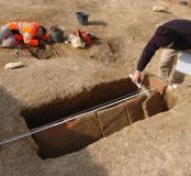 Relevé d'une sépulture en coffre à tuiles (dite en batière) de la nécropole de Savasse (Drôme) datant du Bas-Empire (IVe et Ve siècles de notre ère), 2010.  Les sépultures en batière (10 % des tombes de Savasse environ) sont réalisées avec des tuiles de s